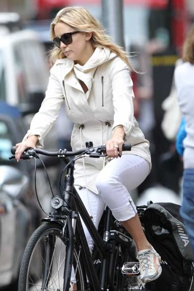 Kate Hudson - Celebrities Cycling