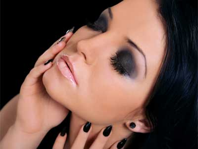 How to Look Glamorous at Christmas Parties with Smokey Eyes