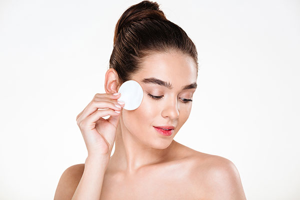 Use of cleansers before doing makeup for protruding eyes