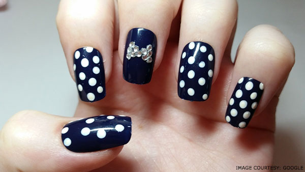 white-and-blue-nails-art-in-polka-dots